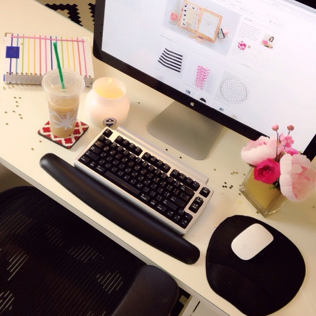 When I have a long work day ahead of me it helps to make sure my desk is clean, light a candle, and sprinkle gold confetti all around... Not even kidding, it works, promise. I'll be announcing the three winners of the surprise giveaway soon, yay! OH and I'm releasing a new theme today, no big deal. Just my favorite design yet... #funfriday #tada #prettydarncutedesign ✨????