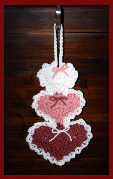 www.crochetmemories.com/blog Free pattern for a Valentine trio of hearts hanger